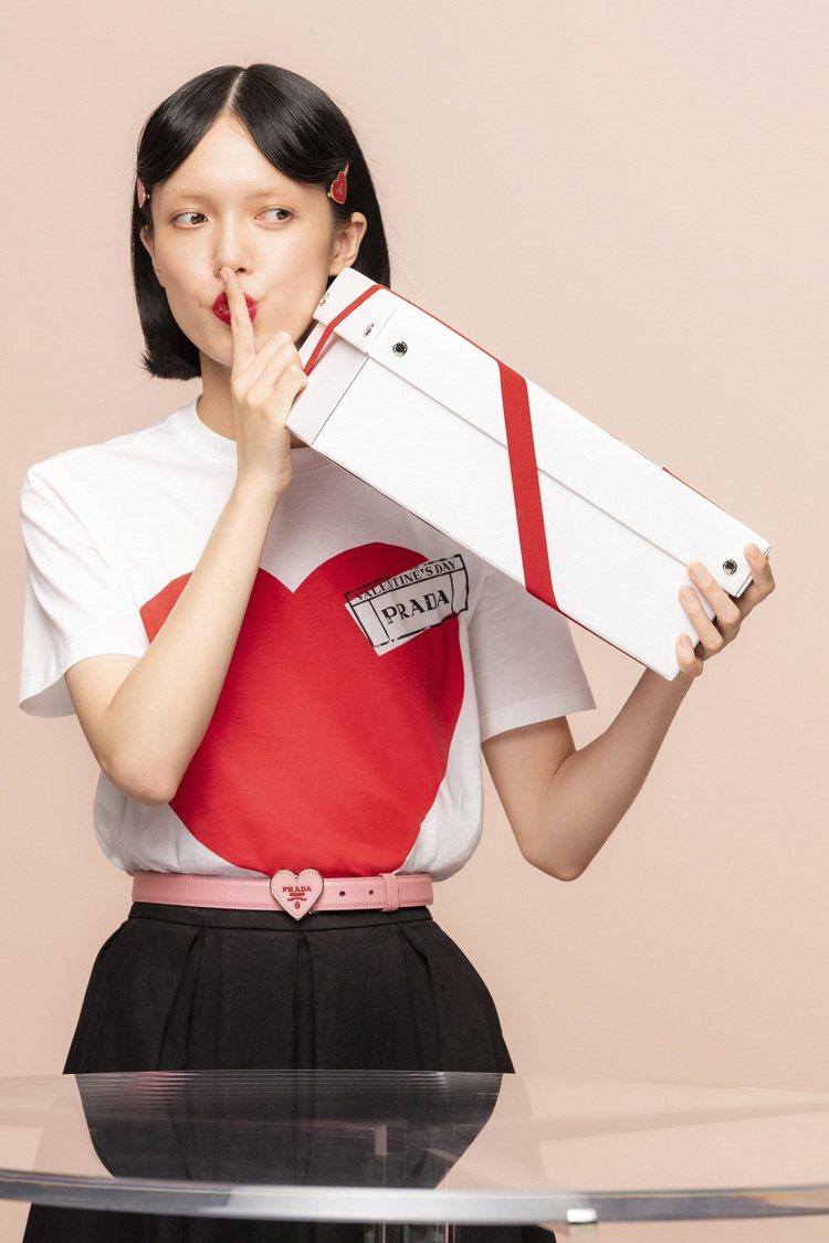 Prada也特別為七夕系列商品打造配有紅色絲帶的專屬白色禮盒。圖/Prada提供