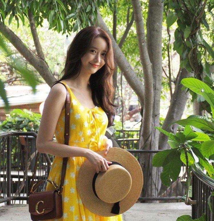 潤娥一身「約會滿分穿搭」配襯Chloé C咖啡色迷你小方包。圖/取自IG