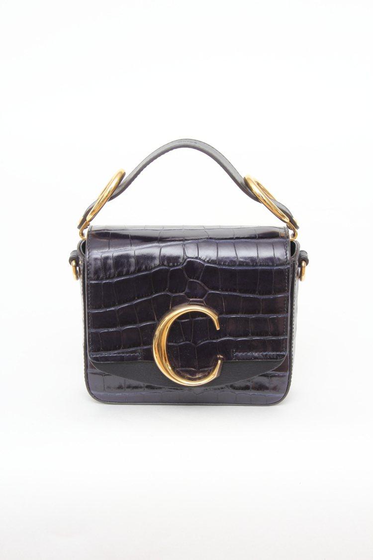 Chloé C黑色仿鱷魚紋迷你小方包,售價52,500元。圖/Chloé提供