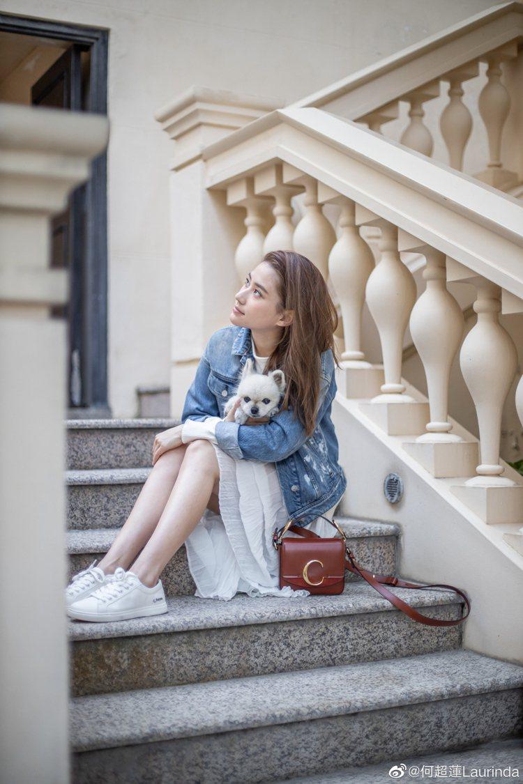 何超蓮以鄰家女孩出遊裝扮搭配Chloé C咖啡色迷你小方包。圖/取自微博