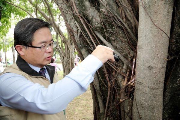 台南市前代理市長李孟諺在去年6月24日帶隊到裕聖公園視察登革熱防治情形。圖/翻攝...