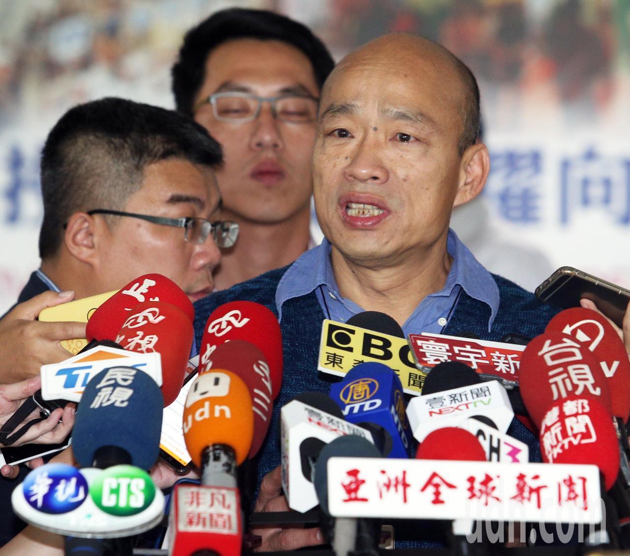 高雄市長韓國瑜今天受訪時被問到特勤走私香菸之事時表示,蔡英文領導中華民國的能力絕...