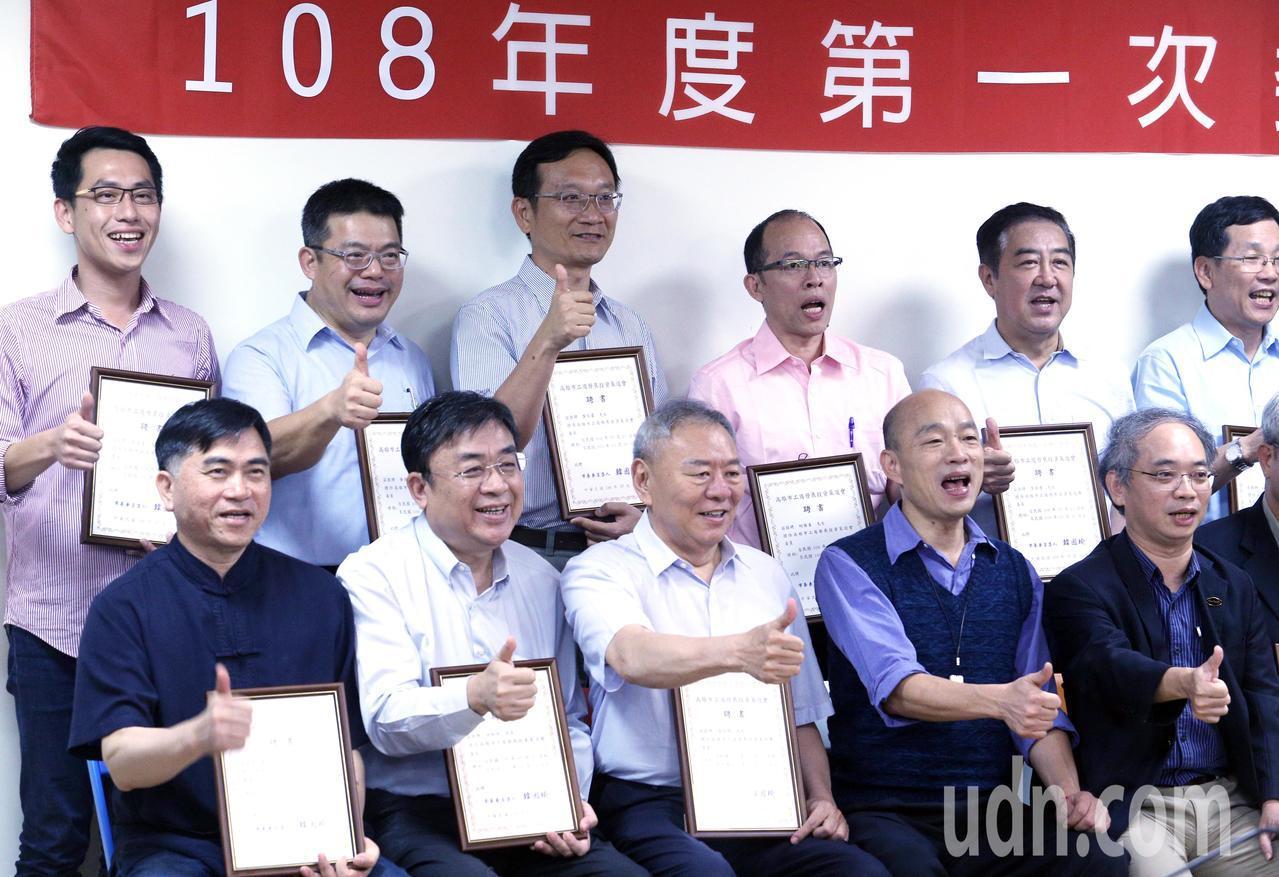 高雄市長韓國瑜(前排右2)受訪時被問到特勤走私香菸之事時表示,蔡英文領導中華民國...