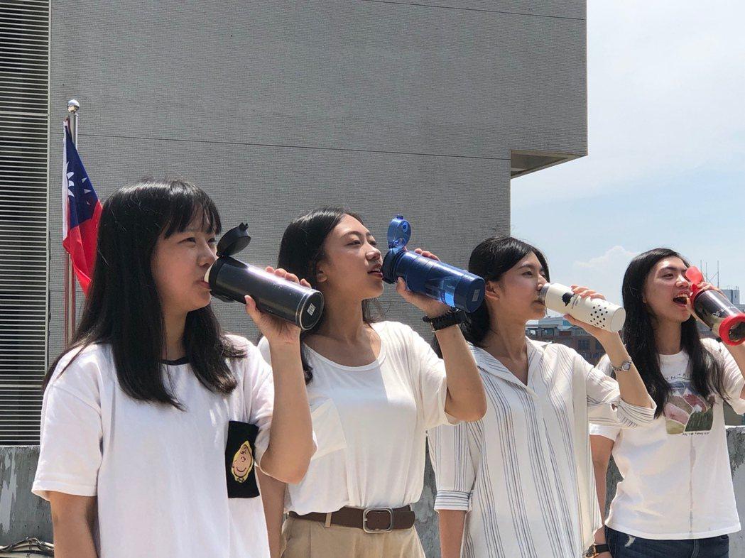 夏季炎熱高溫,桃園衛生局提醒大家謹記預防中暑3要訣,要保持涼爽、補充水分。圖/桃...
