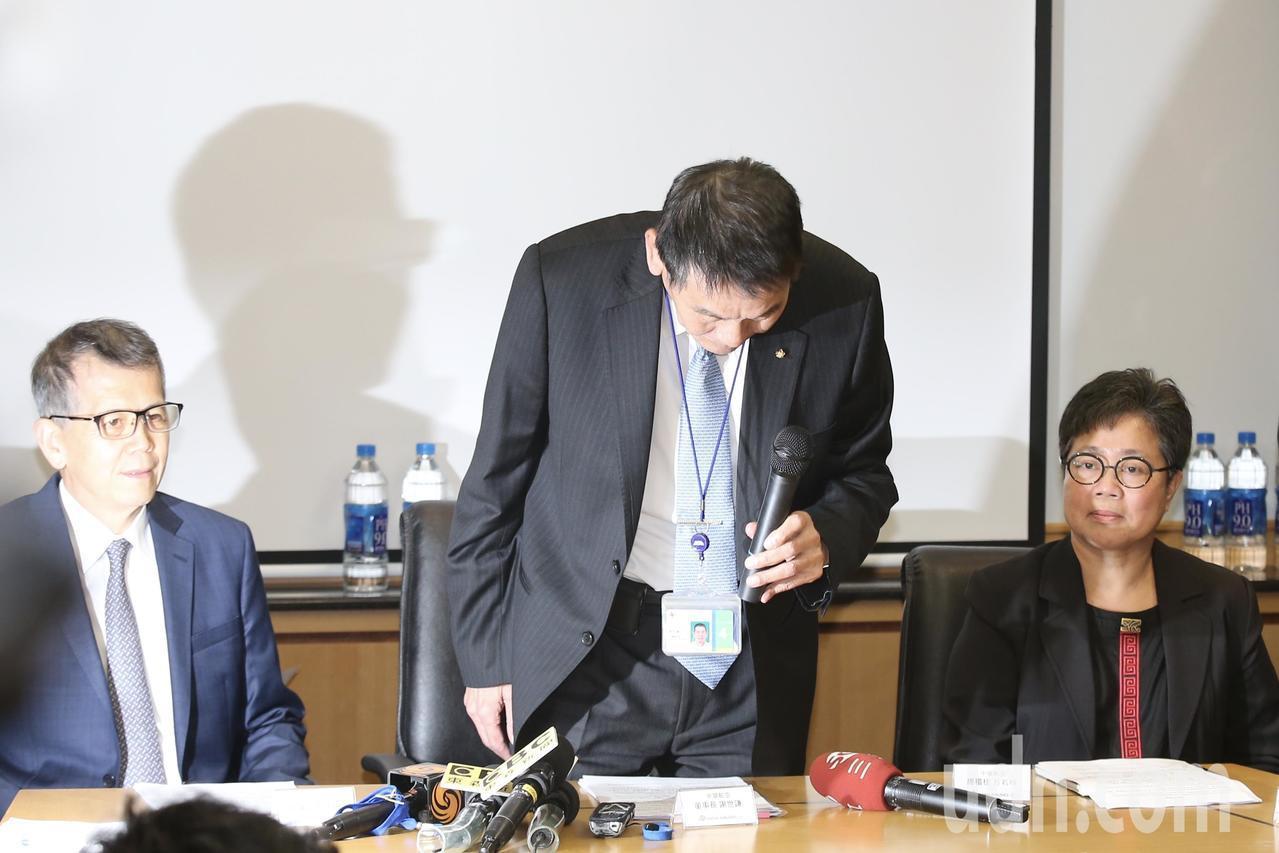 針對總統專機私菸案事件,華航下午司舉行說明會,董事長謝世謙(中)針對此事造成社會...