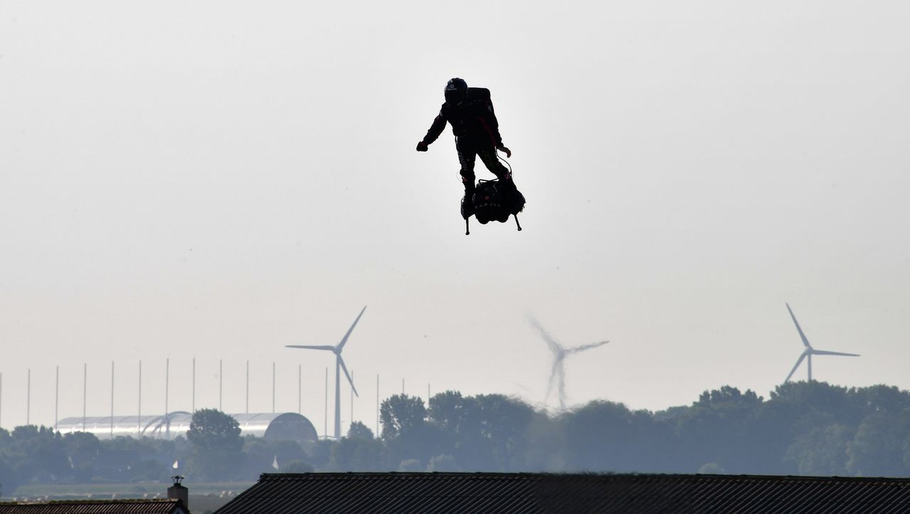 薩帕塔駕駛自己發明的空中滑板,25日上午自桑加特出發。(法新社)