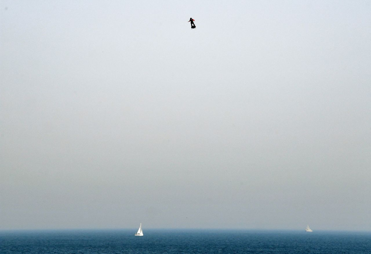 薩帕塔以時速140公里飛行,欲挑戰在20分鐘內飛越英吉利海峽。(法新社)
