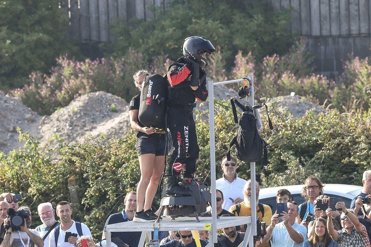 薩帕塔準備起飛前,他的妻子、同時也是團隊成員的克莉斯汀為他檢查裝備。(法新社)