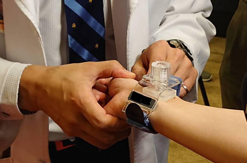 使用含甲殼素的「動脈止血器」,其設備就像是在大ok繃的棉條處圖上甲殼素,貼在傷口...
