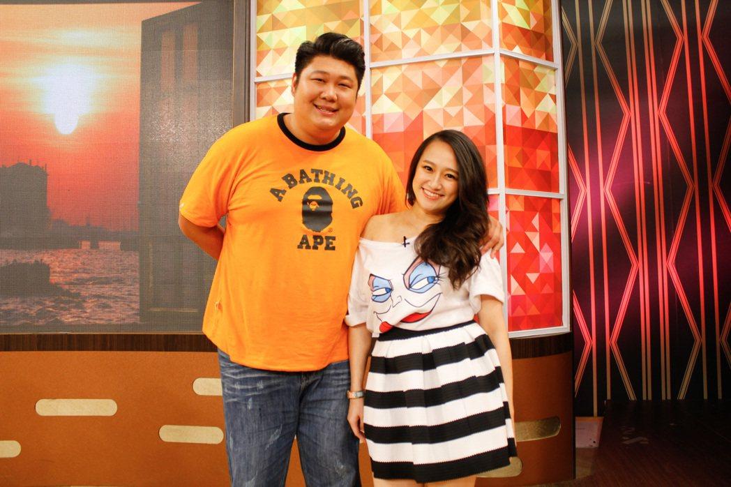 哈孝遠(左)和老婆瑄瑄錄衛視「一袋女王」。圖/衛視提供