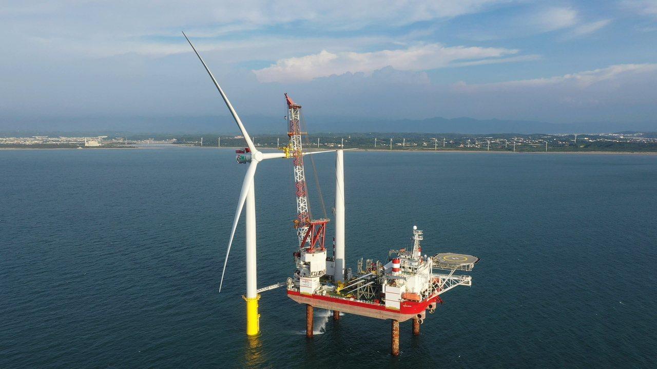 海洋風電積極進行第二階段風場開發,並已於7月24日成功於苗栗外海安裝首支風機。圖...