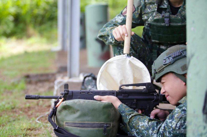 當兵需要帶哪些東西是許多人的疑問,圖為學員參加在台中成功嶺舉行的「射擊體驗營」。圖/軍聞社