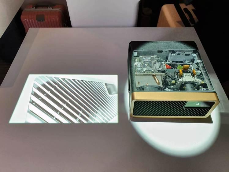 Epson EF-100搭載3LCD雷射投影技術,小小一台就具備2,000流明的...