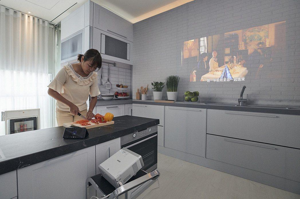 新款的內建5W低音反射式音箱的Epson EF-100自由「視」移動光屏,可以一...