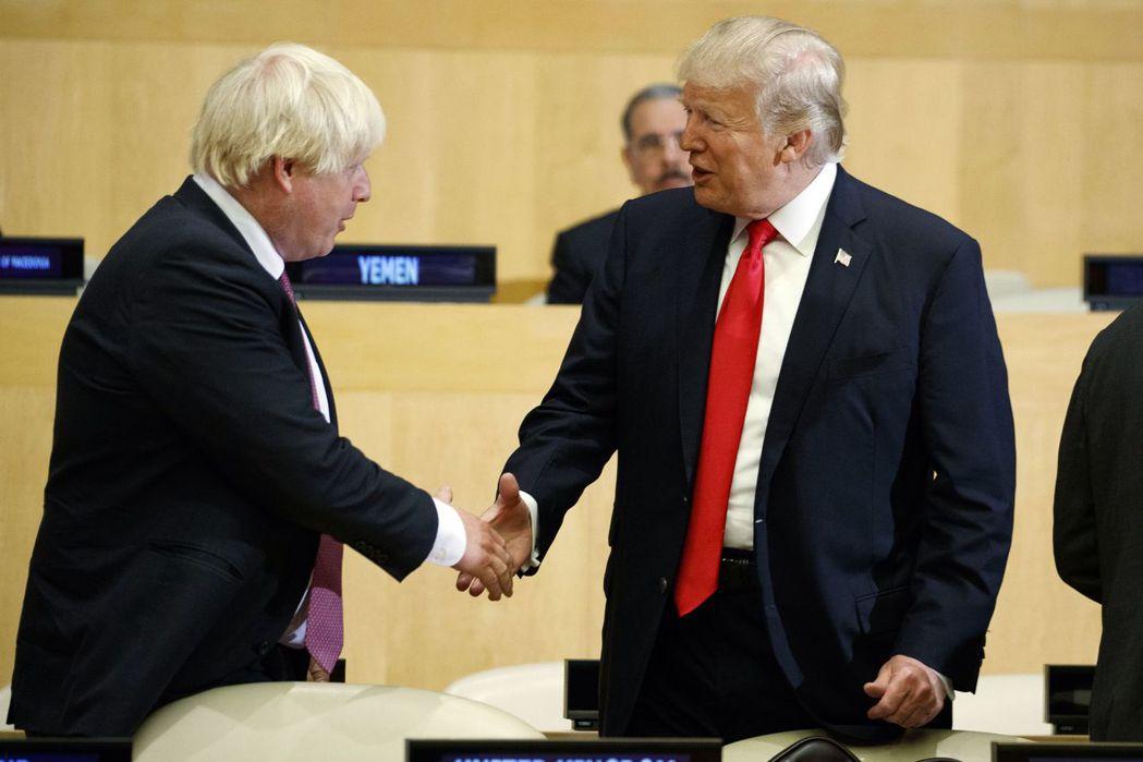 前英國外相強森(左)2017年在聯合國大會上與美國總統川普握手致意。兩人的言行作...
