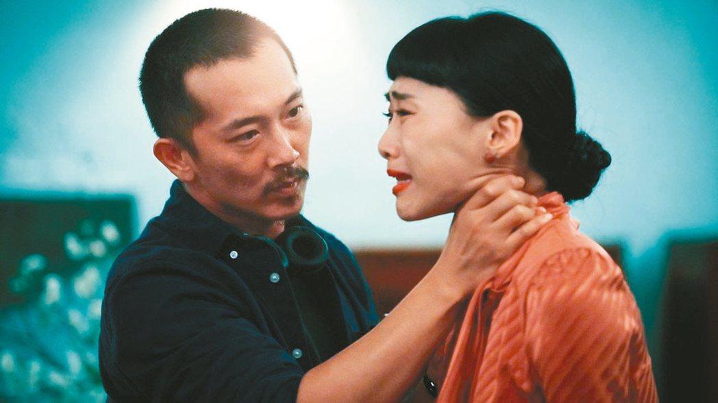 吳可熙在「灼人秘密」被施名帥(左)掐脖、賞巴掌。 圖/岸上影像有限公司提供