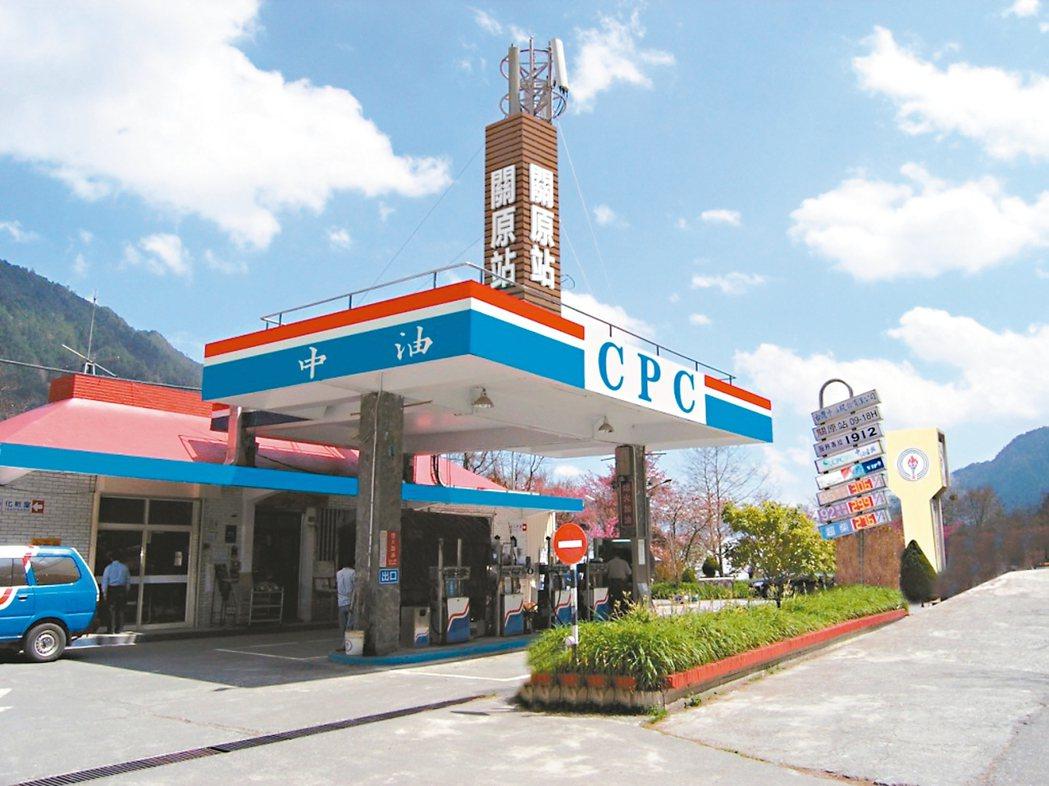 全台最高的中油關原站,屹立海拔2374公尺山區,提供旅人加油服務。 圖/中油公司...