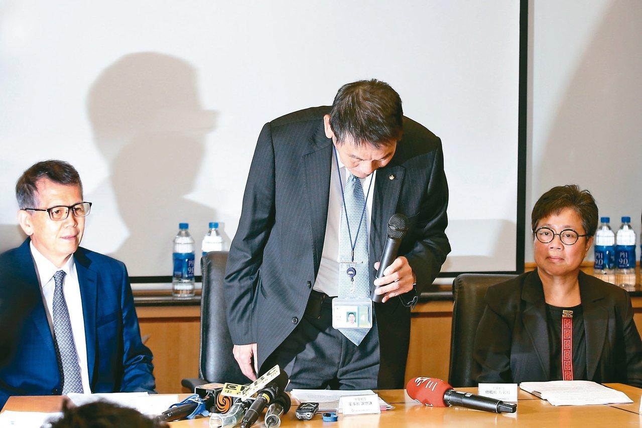 針對總統專機私菸案,華航董事長謝世謙(中),對此事造成社會紛擾鞠躬道歉。 記者林...