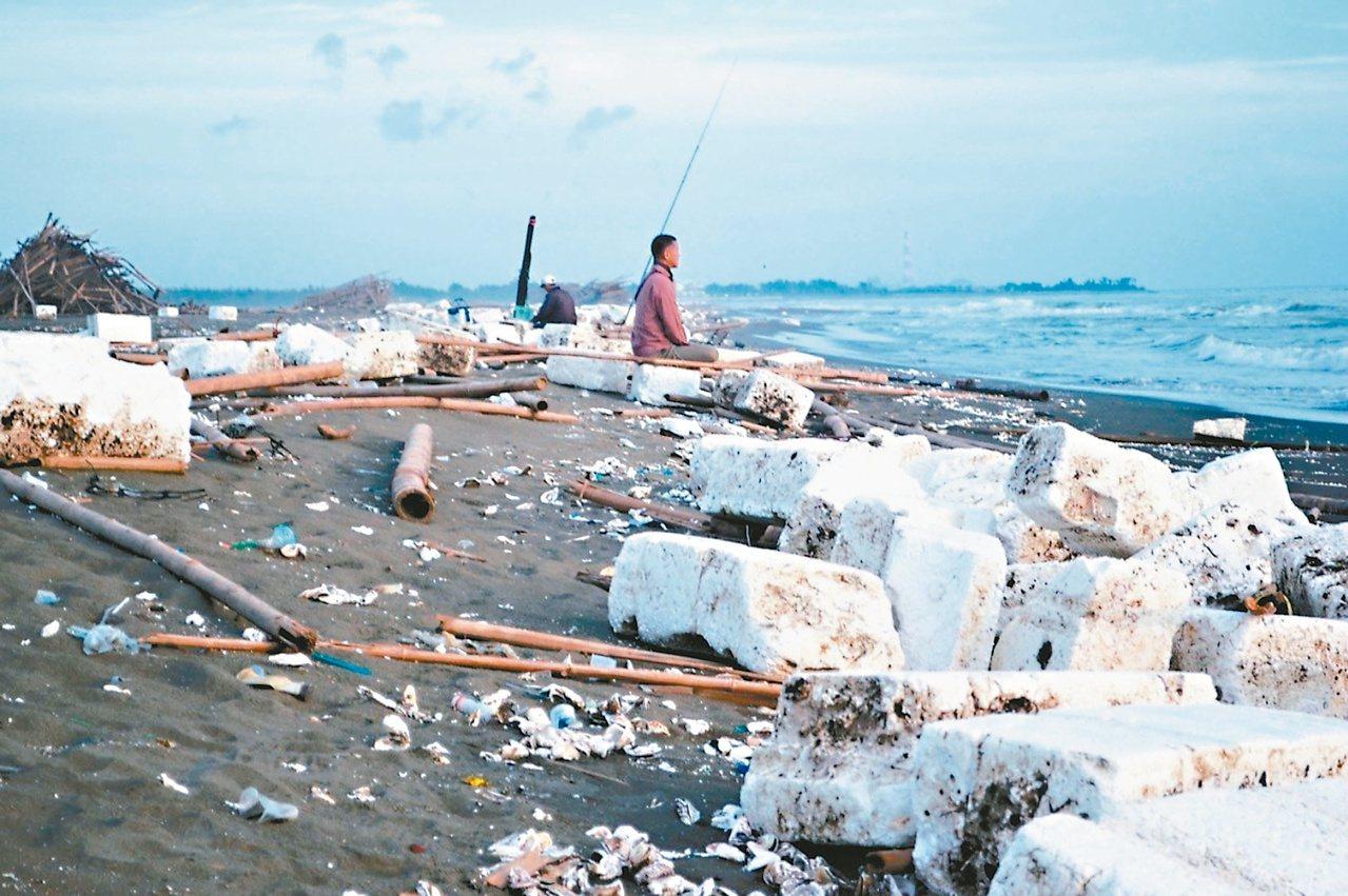 環團調查台灣最髒海岸是新北市瑞芳、彰化縣大城等十三段海岸;海廢又以塑膠瓶罐占比較...