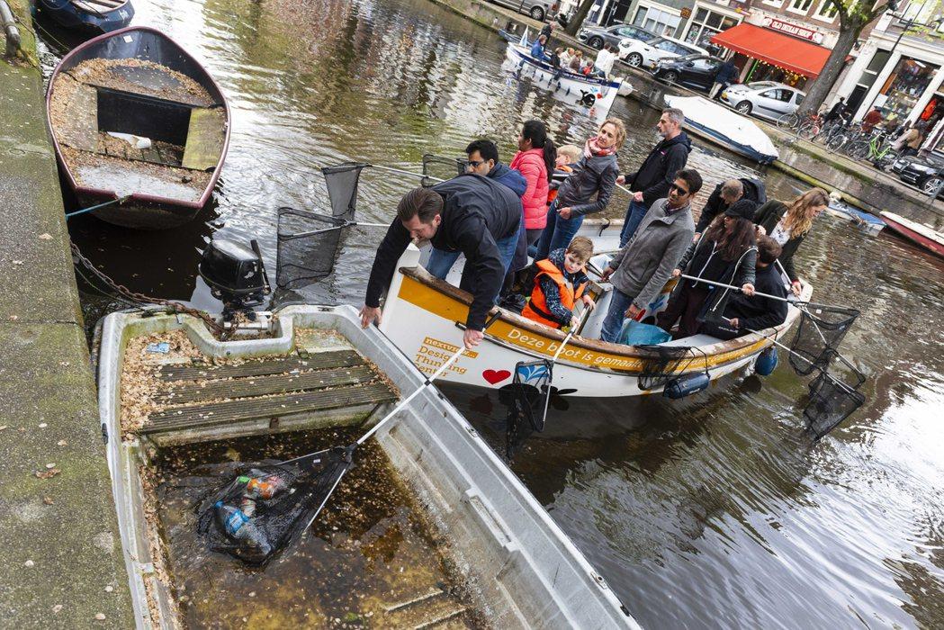 遊船乘客在運河撈出的垃圾有鞋子、手套、易開罐、甚至一整顆鳳梨。(歐新社)
