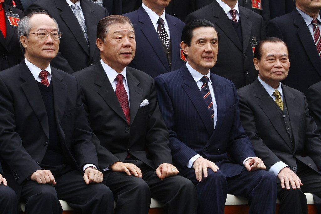 2017年3月時任總統馬英九(右二)參加調查局結業典禮,和前檢察總長黃世銘(左一...