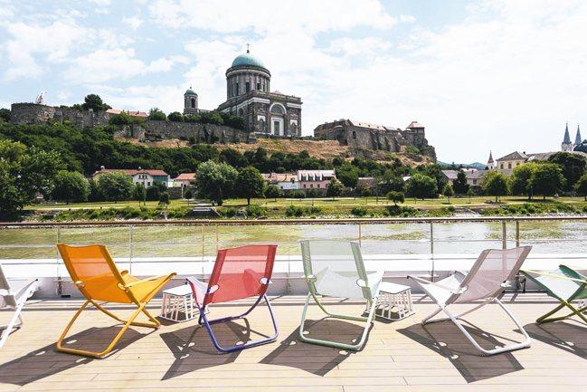 坐在甲板躺椅上,一邊看著多瑙河沿岸,一邊放鬆身心。 圖/水晶郵輪