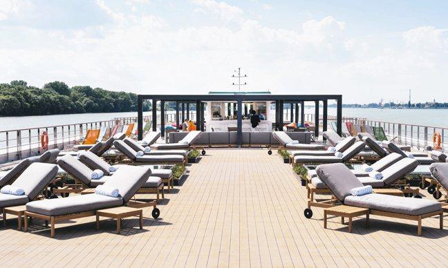 水晶郵輪莫札特號最大特色就是有柚木環繞式散步甲板。 圖/水晶郵輪