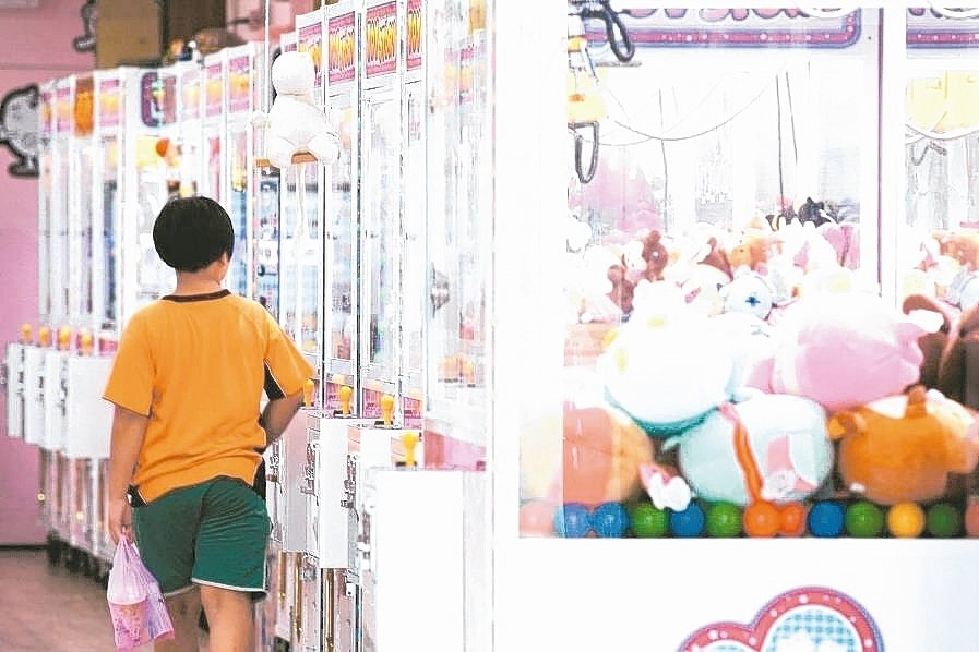官員指出,娃娃機台主在開業之前,應向稅捐處申請代徵娛樂稅。 本報系資料庫
