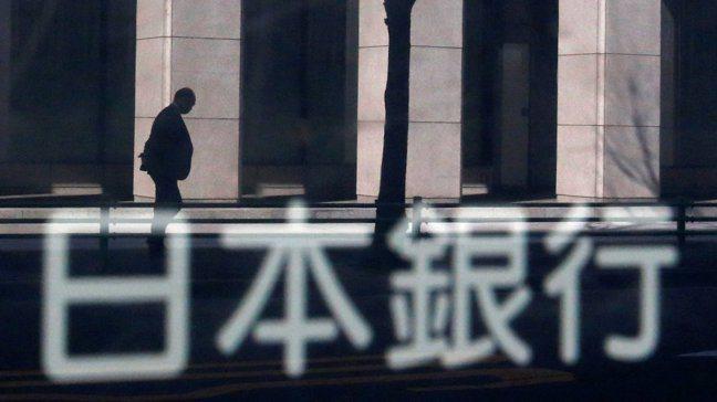 日本銀行實施的負利率政策,令金融業「金飯碗」蒙塵。圖/路透