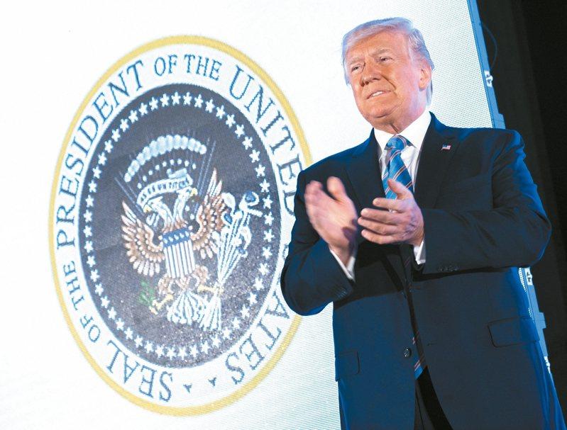 美國總統川普23日出席活動演講時,背後的總統徽章竟然是嘲諷他的山寨版。 歐新社