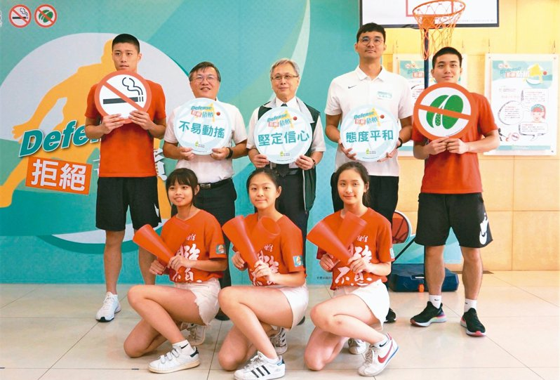 衛福部國健署找來HBL高中籃球聯賽去年度新人王陳力生與潛力球員陳冠中宣導拒檳。 記者羅真/攝影
