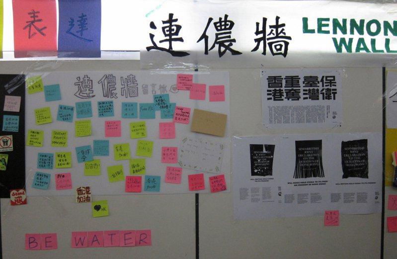 一群網友26日晚間在台北市公館商圈地下道設立「連儂牆」,附上紙筆供路人留言。 中央社
