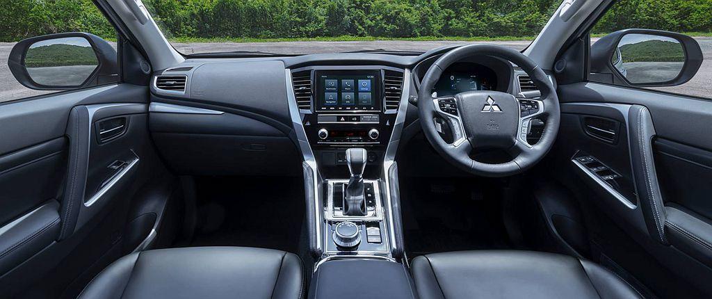 小改款三菱Pajero Sport車艙針對控台、車門把手等處進行造型與材質修改,...