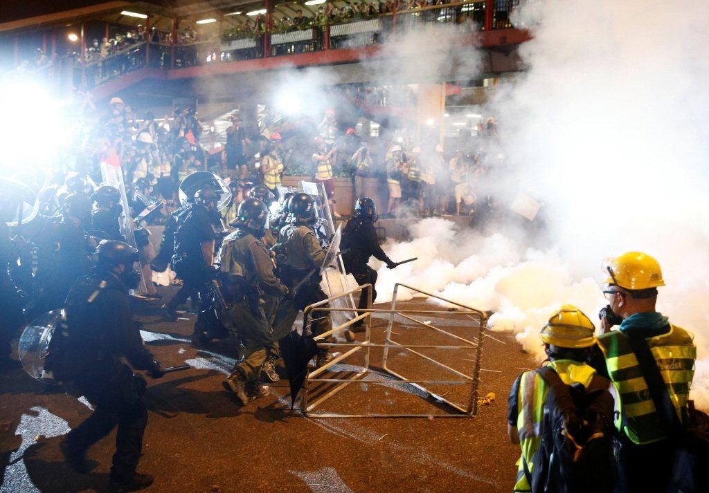 7月21日反送中持續上街陳抗。 圖/路透社