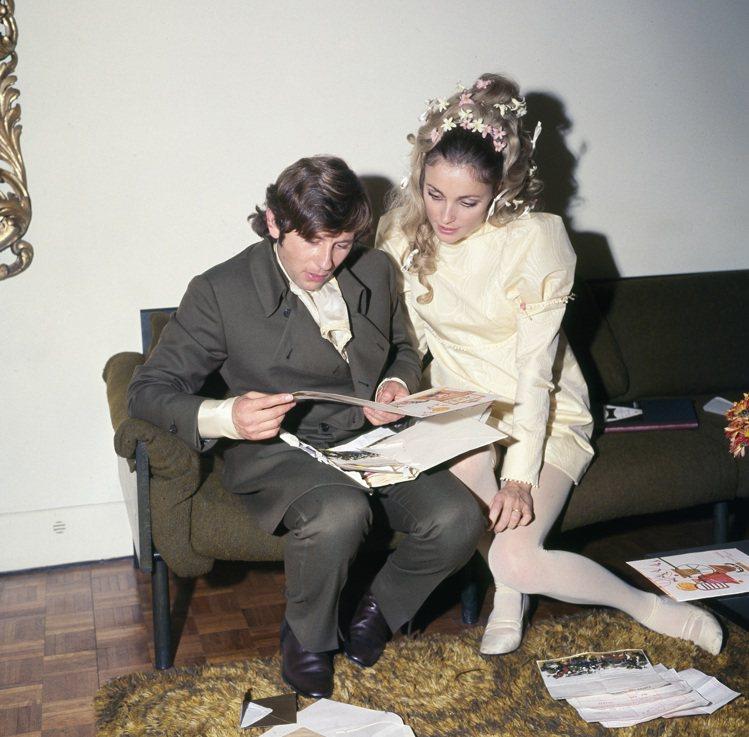 莎朗蒂和導演老公Roman Polanski在婚禮結束後拆所收到的禮物和卡片。圖...