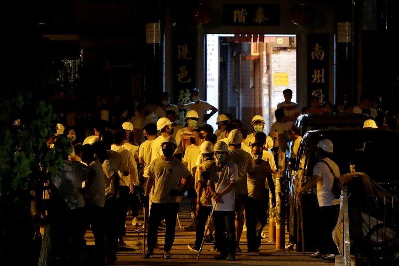 7月21日示威遊行後,元朗地鐵外發現身穿白衣的大批幫派份子。  圖/路透社