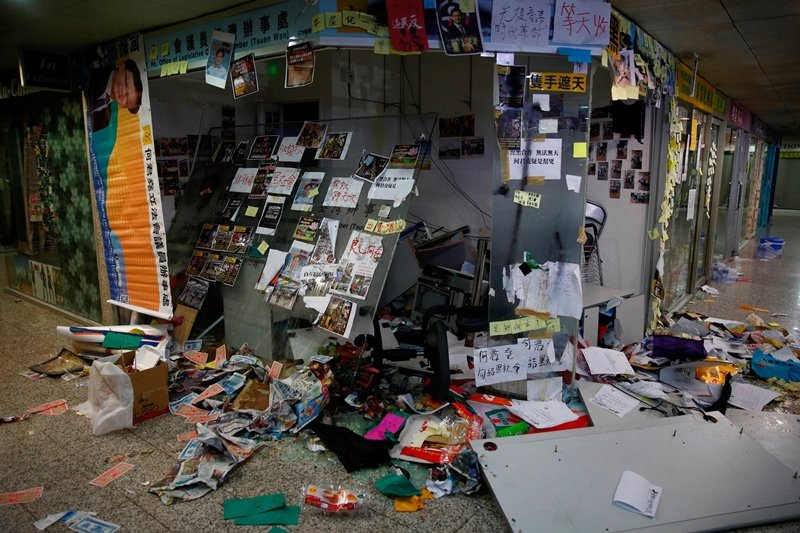 7月21日,支持暴力行為的立法會議員何君堯,位於荃灣的服務處遭人破壞。 圖/路透社