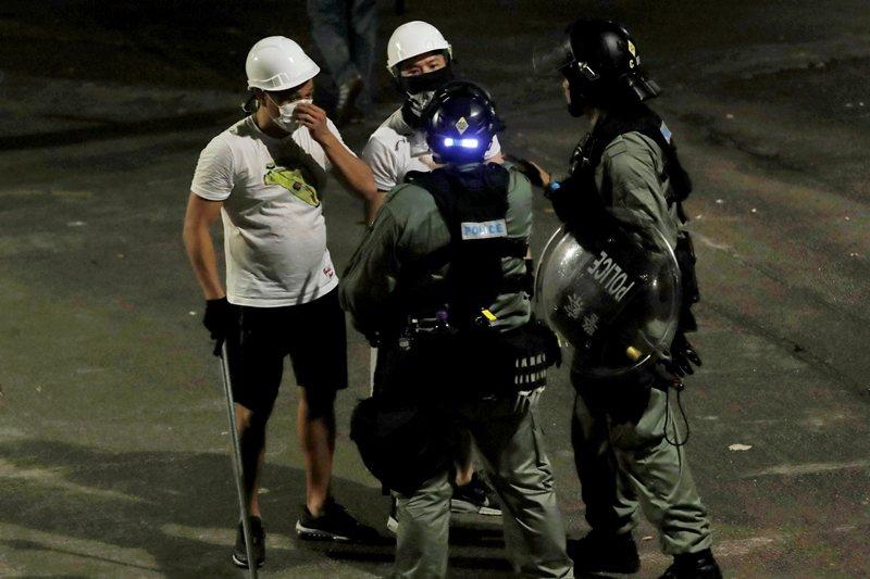 7月21日示威遊行後,元朗地鐵外發現身穿白衣的幫派份子。  圖/路透社