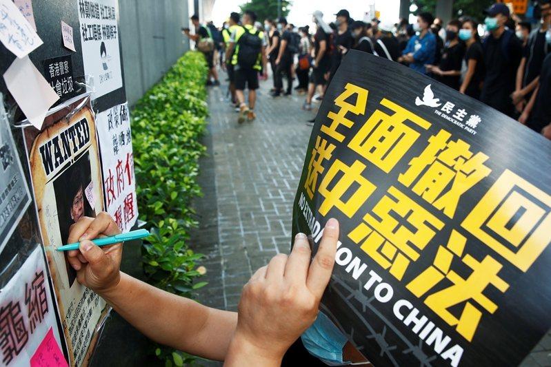 7月21日,民眾於金鐘政府總部外持續抗議反送中條例。 圖/路透社
