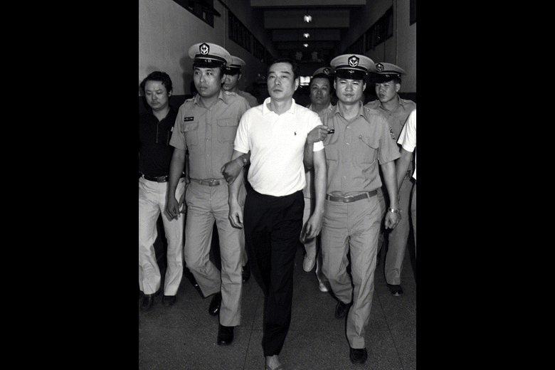1985年,陳啟禮因涉入江南案前往法庭受審畫面。 圖/聯合報系資料照
