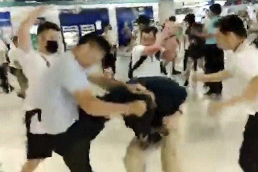 7月21日示威遊行後,元朗地鐵內發生白衣人追打身著黑衣市民的暴力襲擊事件。  圖/美聯社