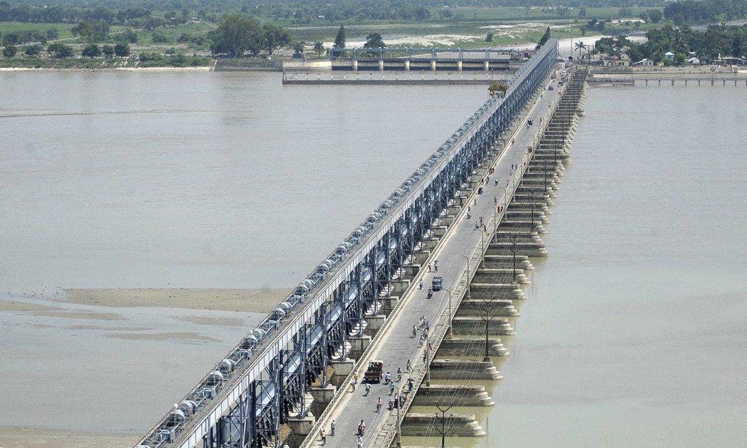 比方在1950年代,兩國為了防洪曾經締約在尼泊爾境內,建造戈西河(Kosi ri...