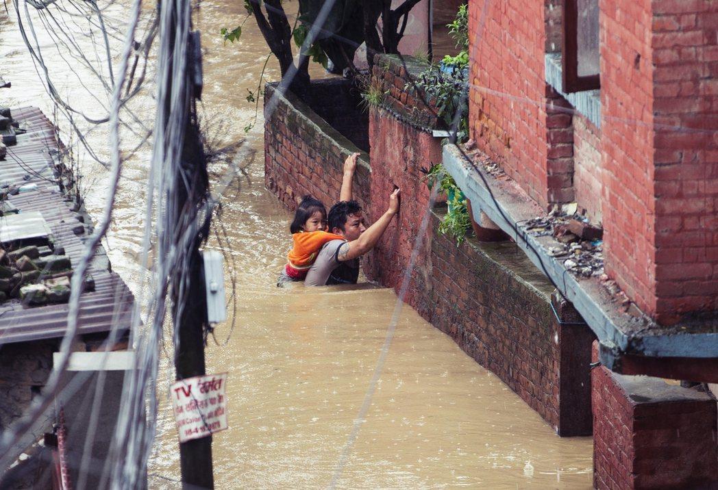 尼泊爾受災嚴重。截至23日,死亡人數已上升到95人,另外還有29人通報失蹤。圖為...