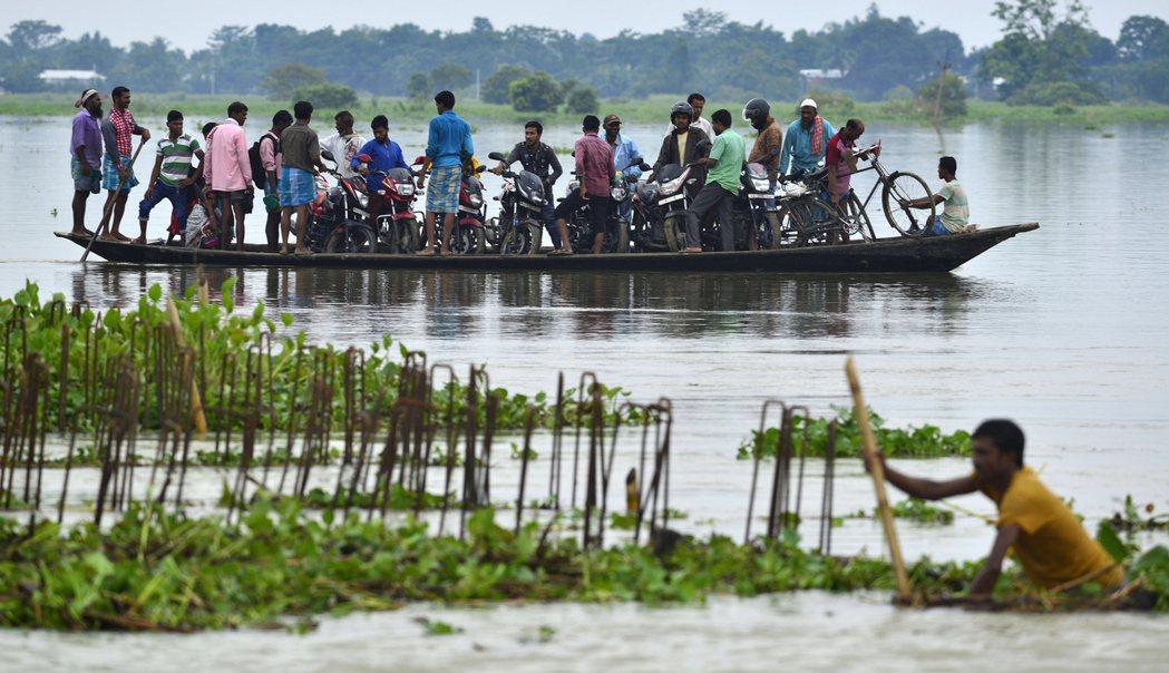 災情最為嚴重的印度以及尼泊爾。截至23日,印度已有476人喪生,超過300萬人流...
