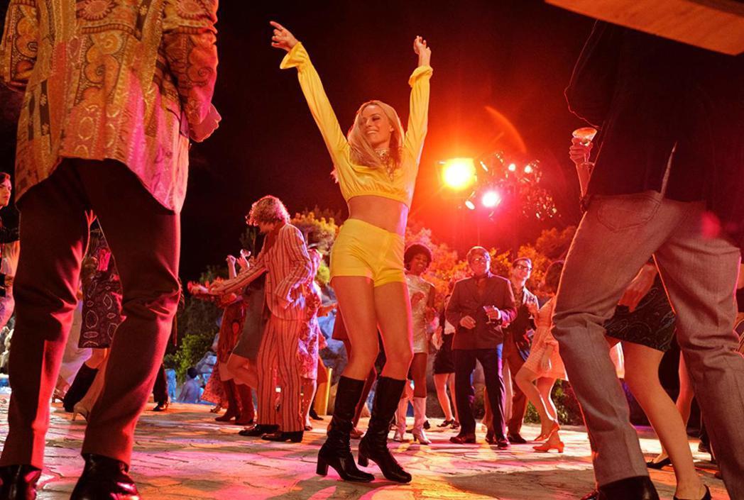瑪格羅比在「從前,有個好萊塢」扮演正走紅的性感女星。圖/摘自imdb