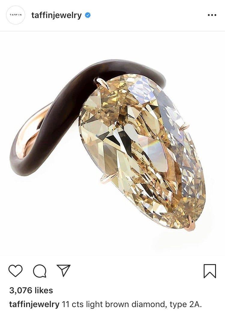 史嘉蕾喬韓森的11克拉千萬訂婚鑽戒,傳聞是出自紀梵希家族設計師的珠寶品牌Taff...