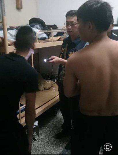 兩名越南籍移工在寢室發生口角,一人遭水果刀刺傷送醫。記者徐白櫻/翻攝