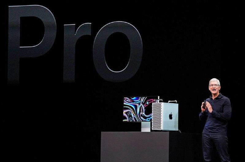 蘋果執行長庫克在今年6月的開發者大會WWDC上,介紹最新款桌機Mac Pro。圖/ 路透