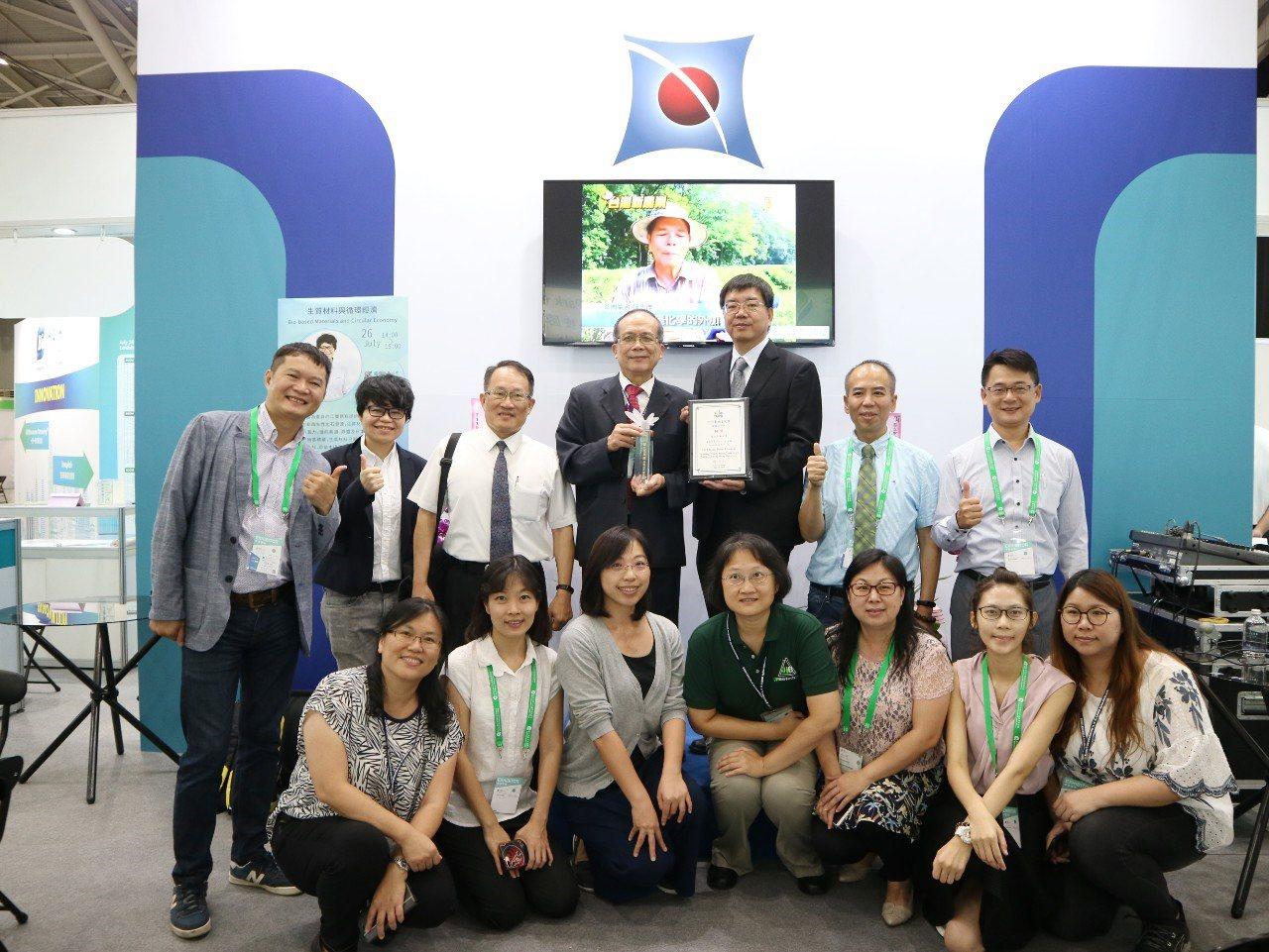 被譽為「生技界奧斯卡」的「台北生技獎」今天頒獎,中興大學植物病理學系特聘教授兼副...