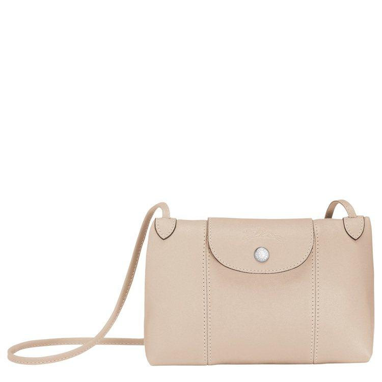 Le Pliage Cuir粉筆白斜背包,售價9,200元。圖/LONGCHAM...